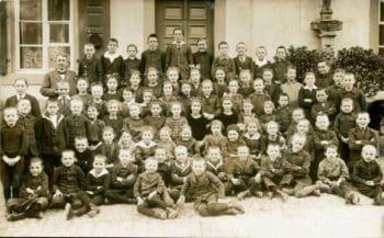 Klassenfoto vor der alten Lösnicher Volksschule, Ende 1920 | by JS Lonscet (Sammlung Franz Lösnich)